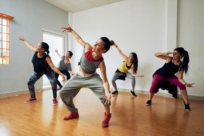 Eine Gruppe von tanzenden Frauen bei einem Tanzkurs