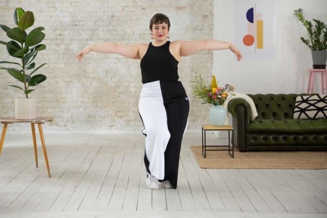 Eine Frau stärkt mit Tanzen ihr Selbstbewusstsein