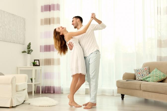 Ein Paar tanzt zusammen und ist glücklich