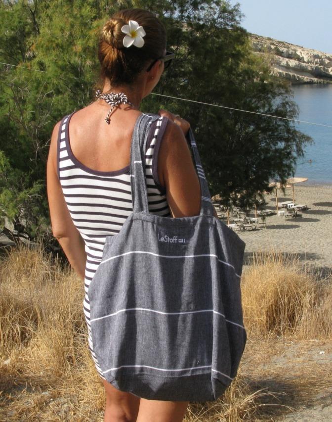 Frau mit Strandtasche, die im Trend ist