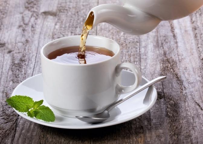 Im Sommer wird in eine Tasse Tee gegossen