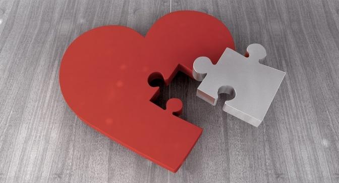 Aus einem Herz ist ein Puzzleteil heraußen
