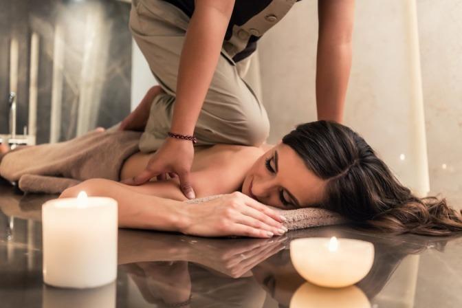 Eine Frau ist bei einer Thai Massage