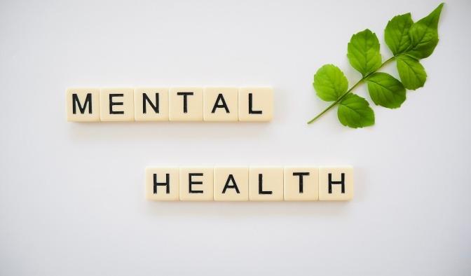 Auf Würfeln sind Buchstaben gedruckt, die nebeneinanderliegend die Wörter Mental Health ergeben.