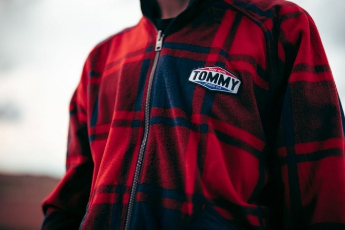 Ein Mann trägt einen Sweater von Tommy Hilfiger