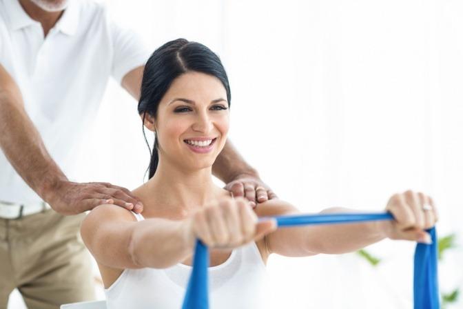 Frau im Training mit einem Teraband