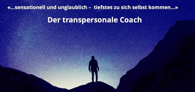Ein Mann ist in den Bergen, darüber der Schriftzug der transpersonale Coach