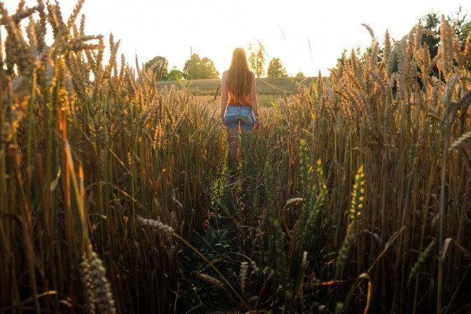 Eine Frau steht in einem Kornfeld