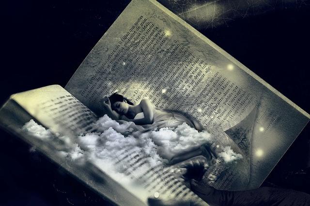 Eine Frau liegt in einem Buch
