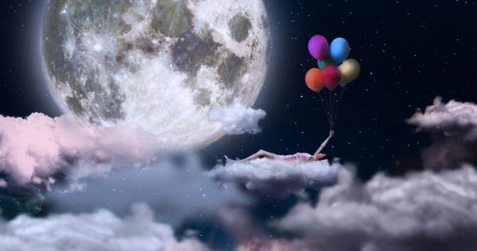 Traumbild einer Frau auf Wolken mit Ballons