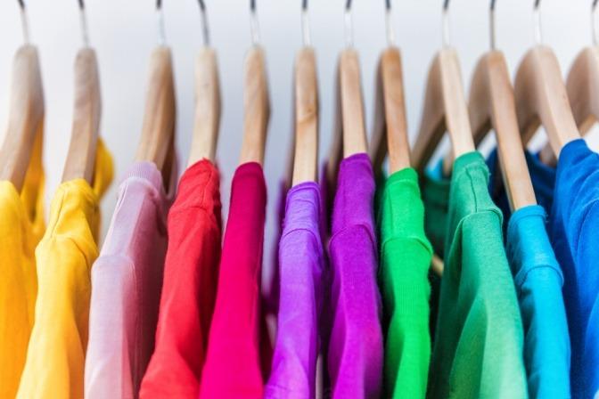Bunte Kleidung in den Trendfarben für Herbst 2021