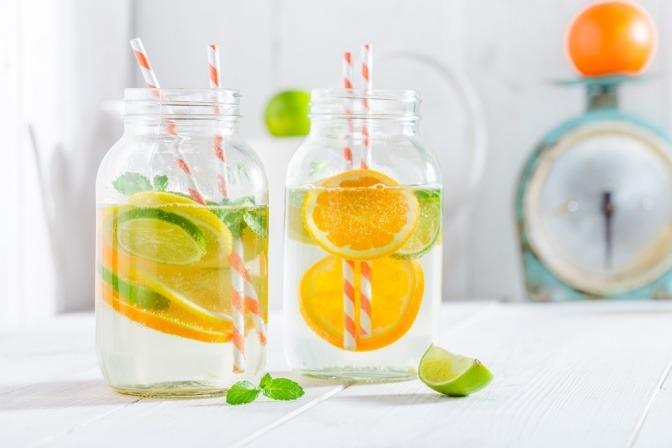 Wasser mit Zitronen- und Orangenscheiben