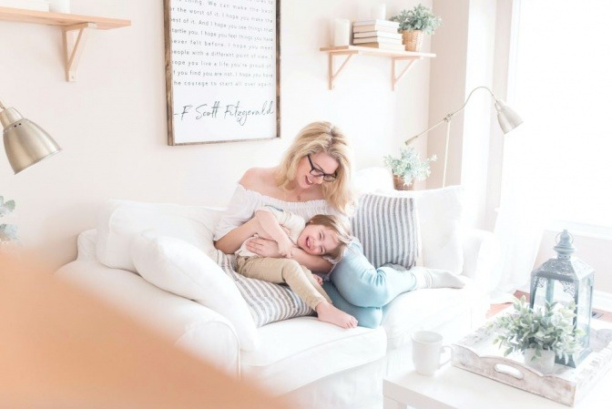 Eine Mutter beschäftigt sich liebevoll mit ihrem Kind