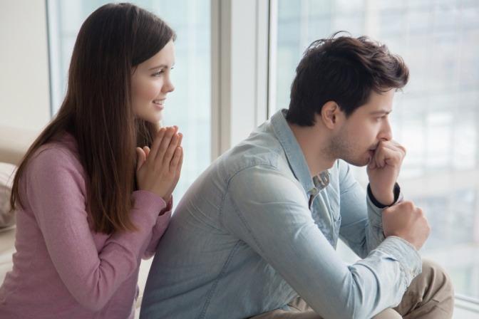 Eine Frau bittet einen Mann um Vergebung