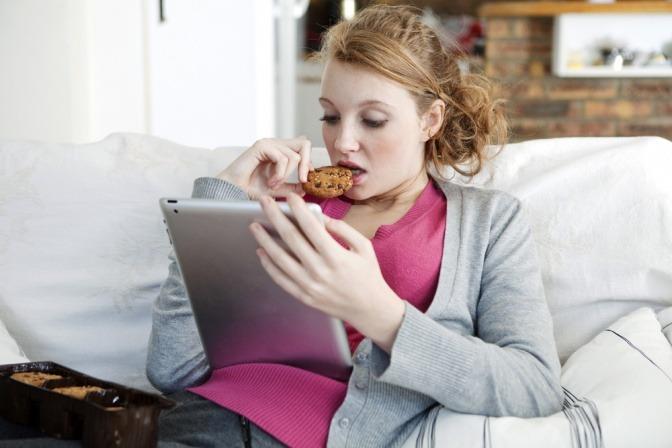 Eine Frau isst unbewusst