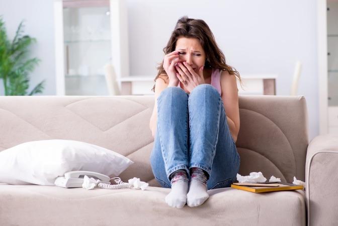 Eine Frau weint wegen unerwiderter Liebe
