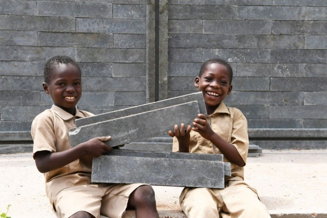 Kinder halten Bausteine, die aus recyceltem Plastik hergestellt wurden