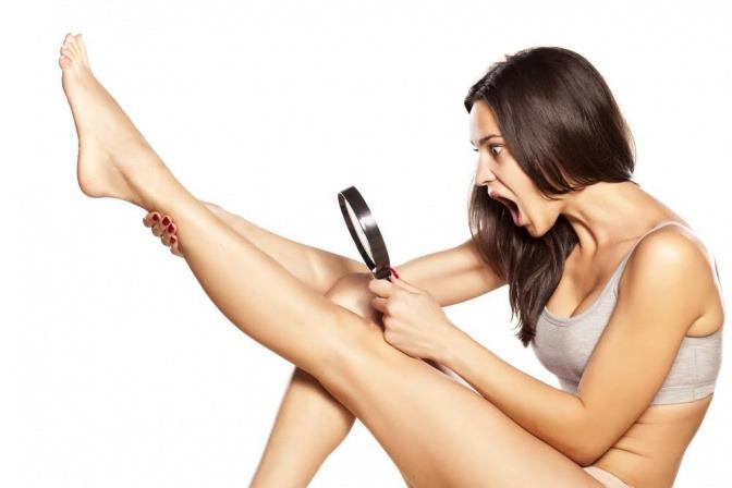 Frau die sich mit Lupe Beine ansieht