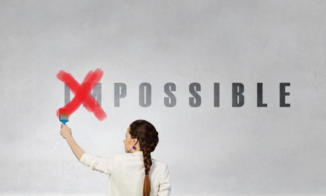 """Eine Frau macht aus Unmöglich Möglich möglich, indem sie einfach das """"un"""" durchstreicht."""