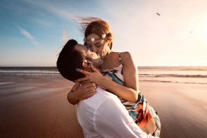 Ein Paar im Urlaub küsst sich