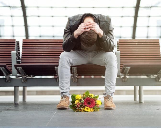 Ein Mann ist nach einer Trennung verhandlungsbereit und hat Blumen