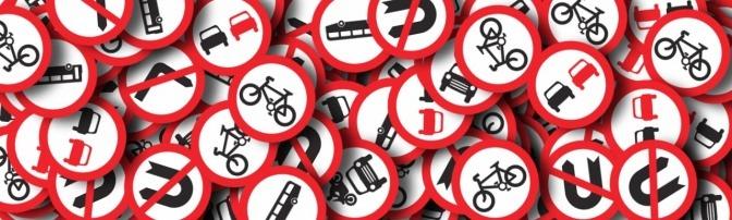 Verkehrszeichen liegen durcheinander