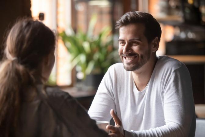 Eine Frau spricht mit einem Mann übers Verkuppeln