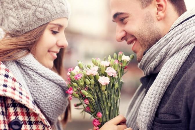 Verliebtes Paar mit Blumenstrauß