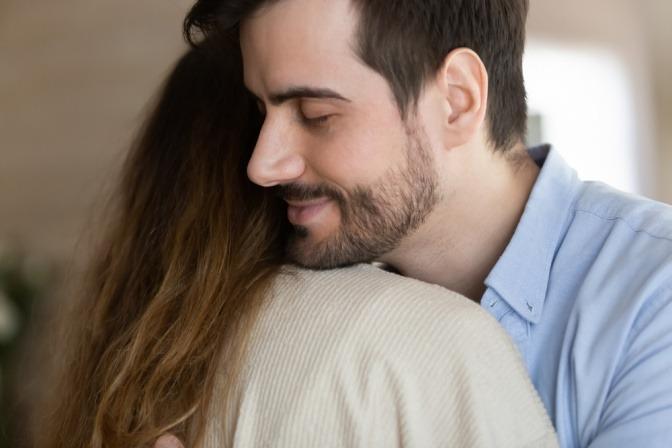 Eine Frau und ein Mann umarmen sich