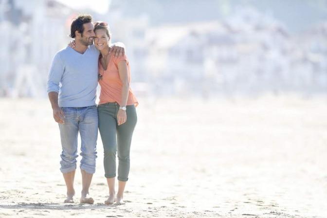 Ein Mann und eine Frau scheinen eine vertrauensvolle Beziehung zu haben