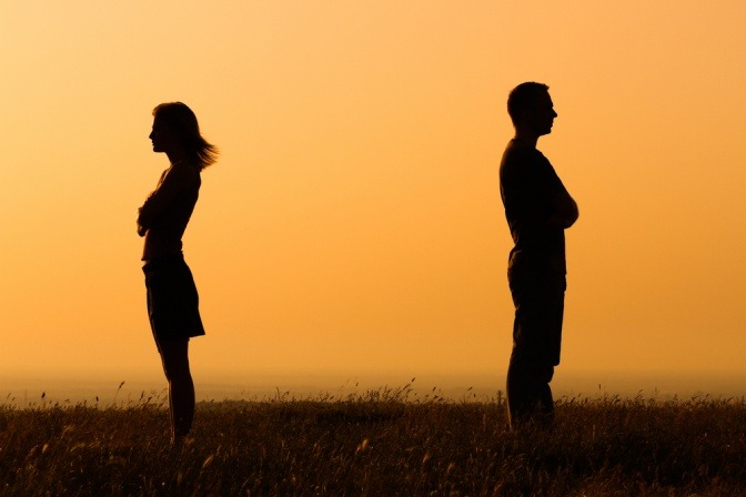 Zwei Personen mit Abstand sollten Verzeihen lernen