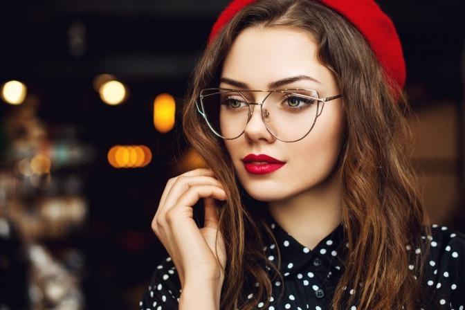 Eine Frau trägt eine große Vintage-Brille