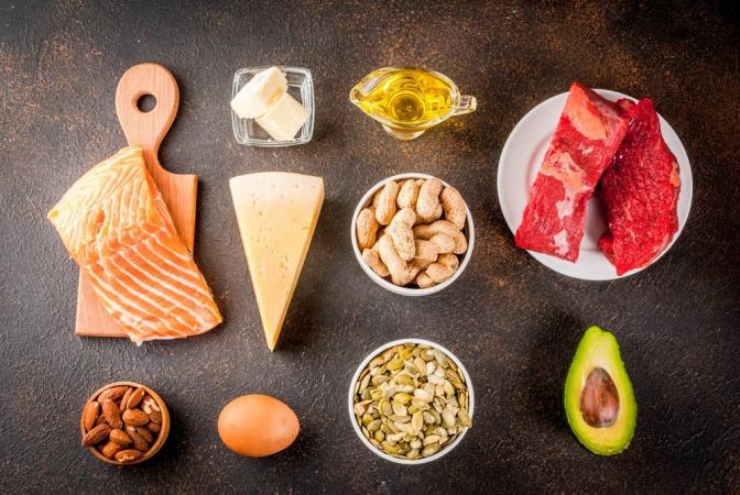 Lebensmittel wie Lachs, Avocado und Käse, die Vitamin B enthalten.