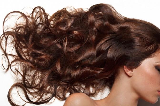 Frau mit glänzenden, langen braunen Haaren