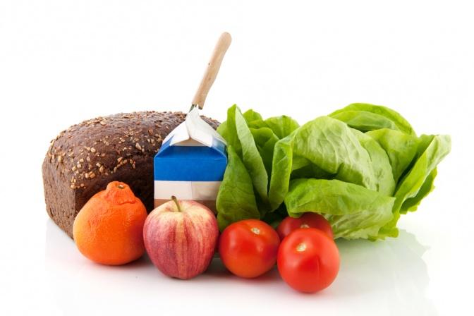 Vollkornbrot, Salat, Gemüse und Obst