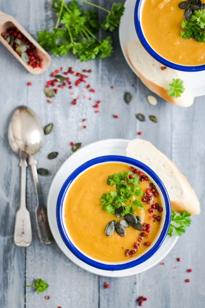 Eine Kürbissuppe als wärmendes Lebensmittel ist angerichtet