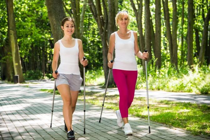 Frauen mit Walking-Stecken