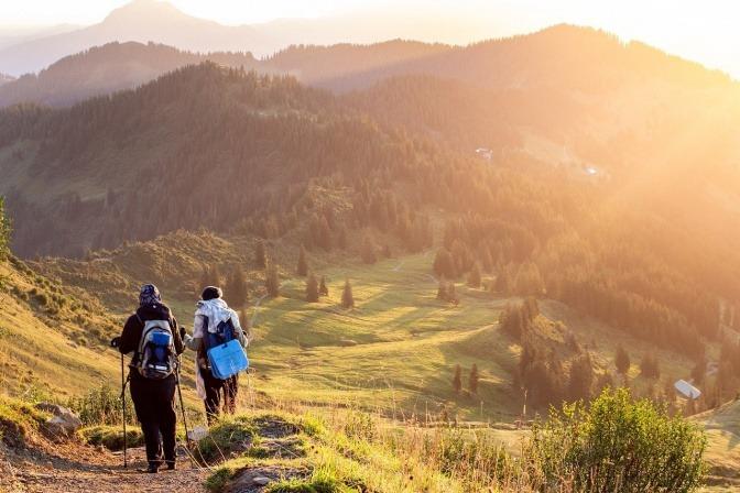 Zwei Menschen wandern in den Bergen