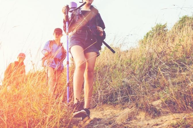 Drei Jugendliche wandern in der Natur