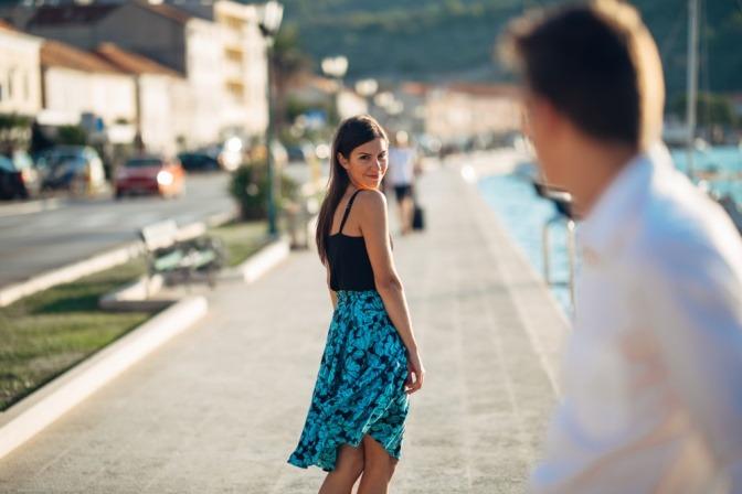Ein Mann blickt einer jungen Frau hinterher, die sich bestimmt auch schon mal gefragt hat: Was finden Männer an Frauen anziehend?