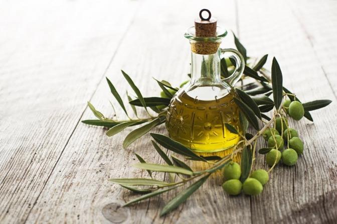 Eine Glaskaraffe mit Olivenöl.
