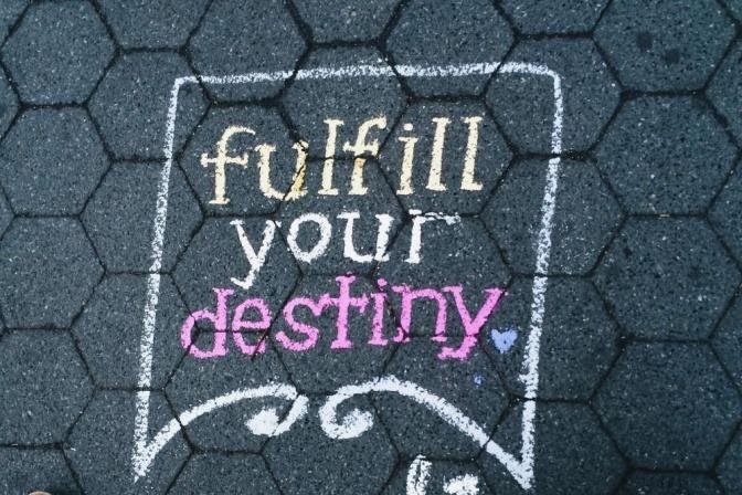 Was ist wichtig im Leben? Die Antwort steht in diesem Bild auf dem Boden geschrieben: Fulfill your destiny!