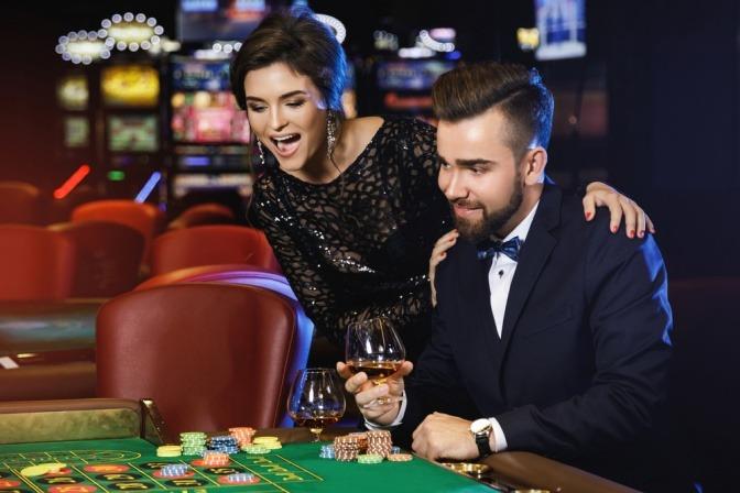 Ein Paar amüsiert sich beim Casino-Besuch.