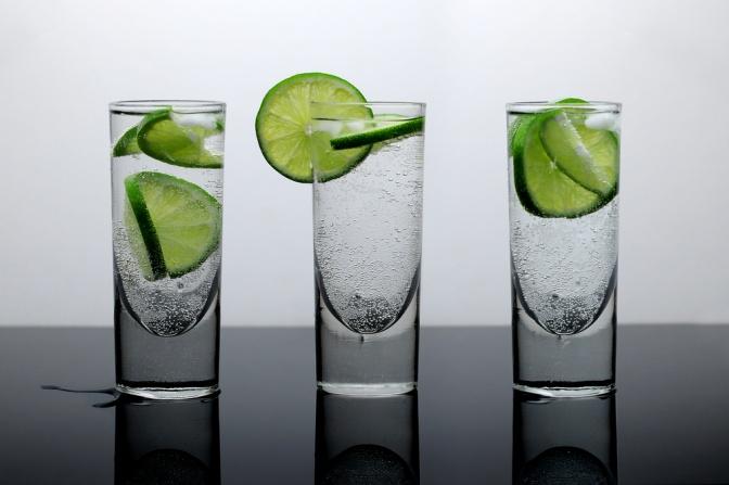 Drei Gläser Wasser mit Limetten stehen nebeneinander