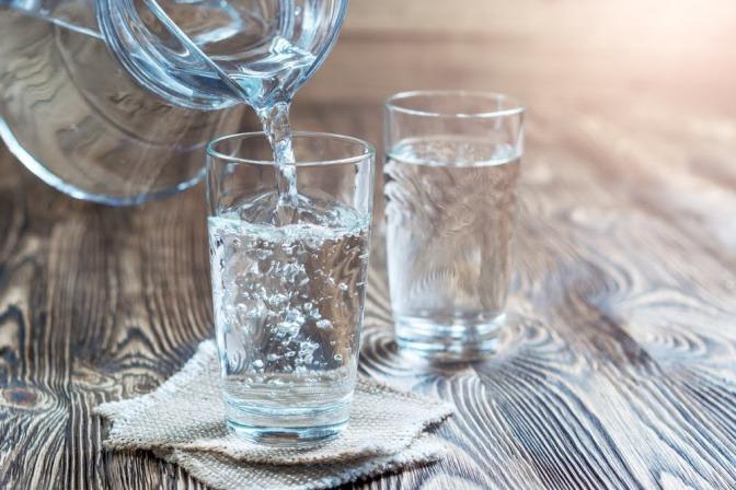 Wassergläser, Wasserkanne.