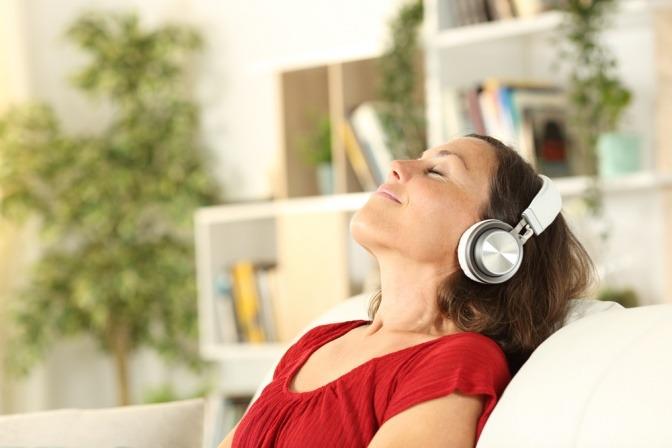 Eine Frau in den Wechseljahren genießt Entspannung