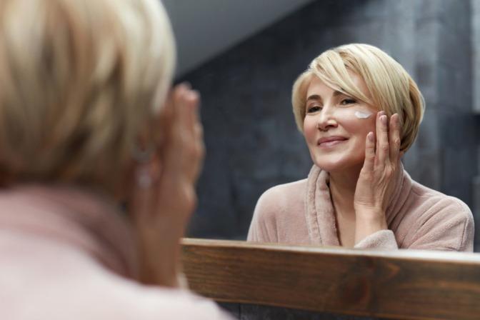 Frau in den Wechseljahren pflegt ihre Haut