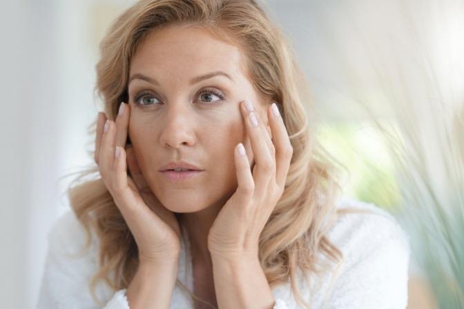 Eine Frau in den Wechseljahren pflegt ihre Haut