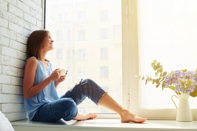 Entspannte Frau mit Teetasse