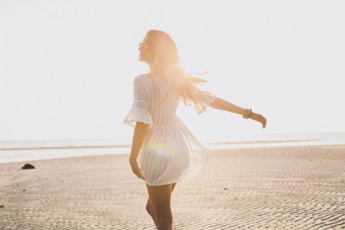 Eine Frau genießt es, ihre Weiblichkeit zu leben